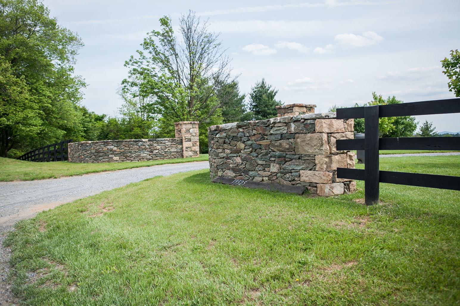 Fieldstone Entrance Wall & Columns - Kelley's Masonry